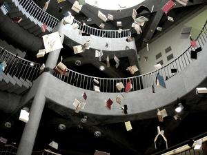 libri che cadono